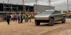 Elon Musk viziton Gigafactory në Texas me makinën më të re Cybertruck
